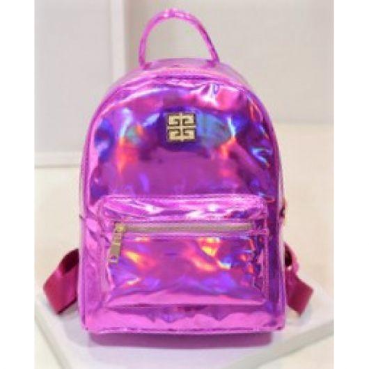 Modelo de mochila rosa fucsia holográfica.