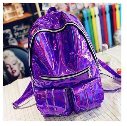 Modelo de mochila holográfica roxa com ziper preto e de 2 bolsinhos.