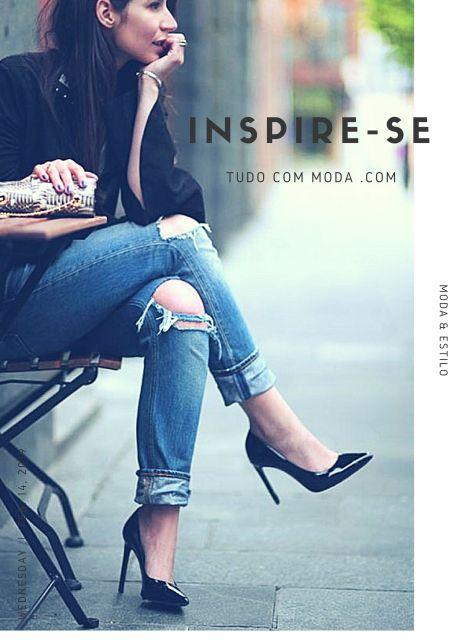 Modelo sentada usa calça jeans azul, scarpin preto e blusa preta,.