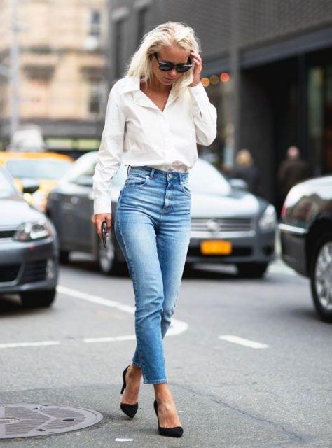 Modelo veste cigarrete jeans, camisa branca e scarpin.