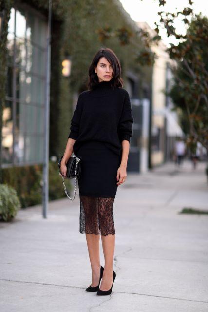 Modelo usa vestido preto, clutch na mesma cor e scarpin preto.
