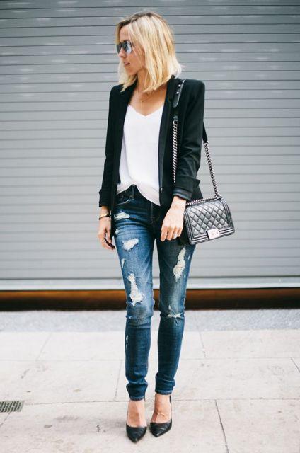 Modelo usa calça jeans rasgada, scarpin preto, blusa branca, blazer e bolsa preta.