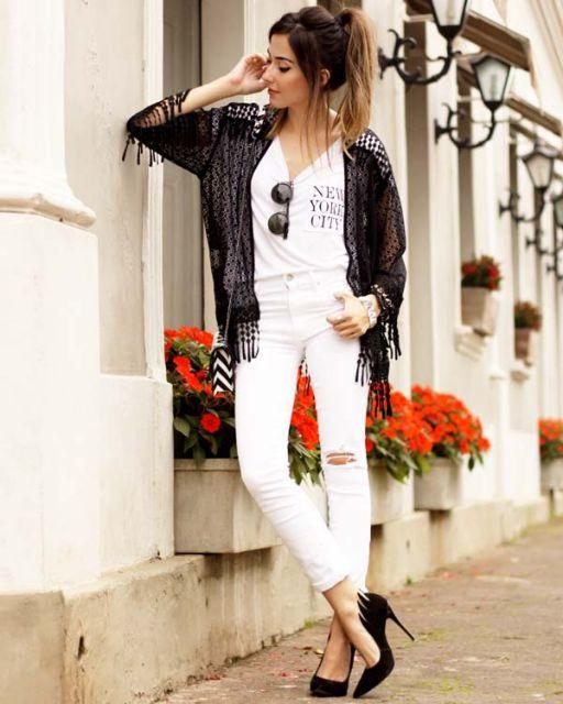 Modelo usa calça branca, blusa branca, scarpin meia pata e kimono de crochê.