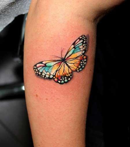 Tatuagem 3d de borboleta nas cores, azul, preto e amarelo.