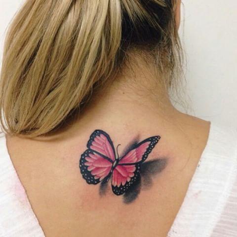 Modelo com tatuagem sombreada em rosa nas costas.