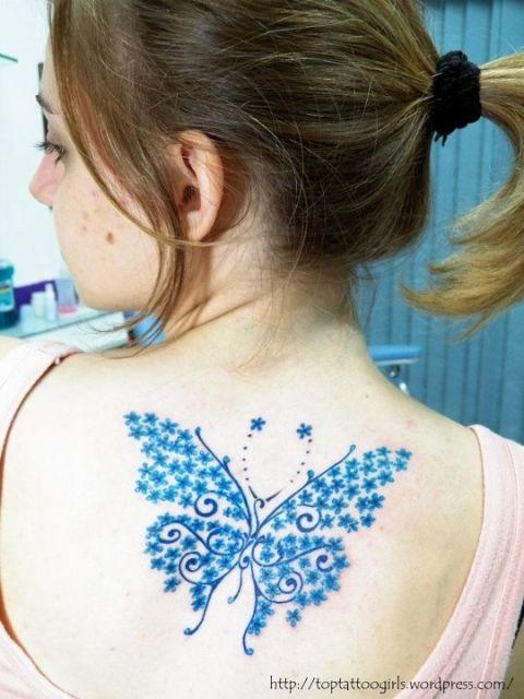 Tatuagem de borboleta azul grande nas costas.