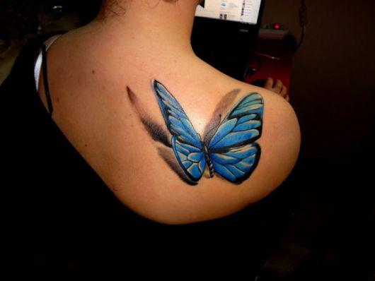 Modelo com tatuagem de borboleta azul realista.