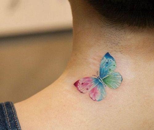 Modelo de tatuagem de borboleta na nuca, colorida.