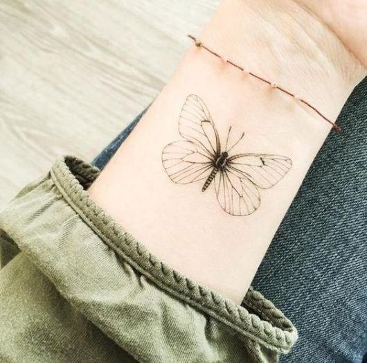 Tatuagem de borboleta com traço fino.