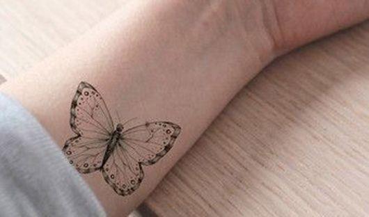 Tatuagem de borboleta om traço bem fininho.