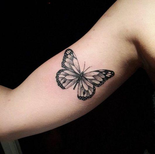 Tatuagem de borboleta na parte interna do braço.