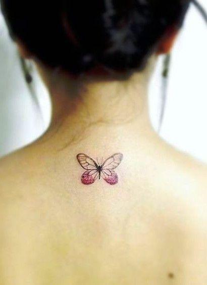 Tatuagem de borboleta pequena cor de rosa.