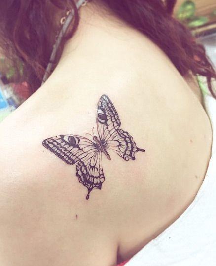 Tatuagem de borboleta na lateral do ombro na cor preta.