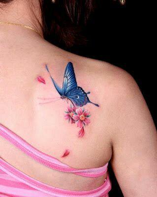 Tatuagem de borboleta azul com flores.