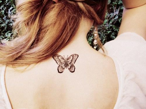 Tatuagem de borboleta nas costas.