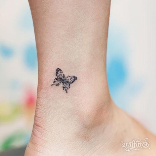 Tatuagem de borboleta pequena no pé.