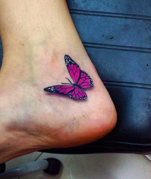 Modelo com tatuagem no pé cor de rosa de borboleta.