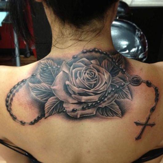 tatuagem flor com terço