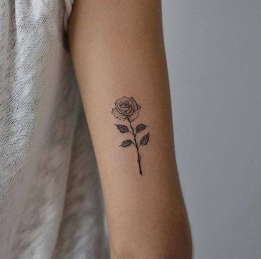 tatuagem de rosa com espinhos