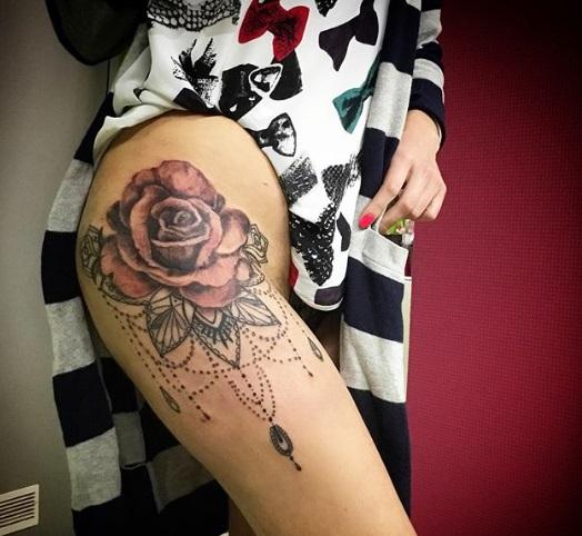 tatuagem colorida coxa