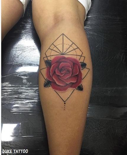 tatuagem rosa vermelha panturrilha