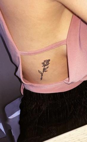 tatuagem pequena costela