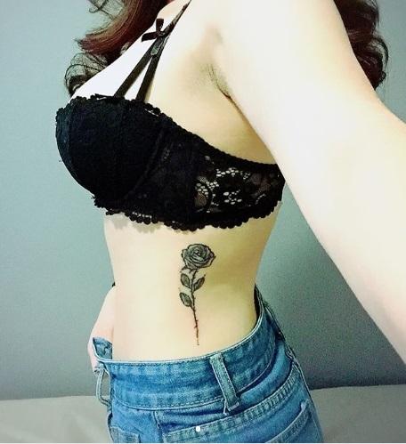 tatuagem feminina costela