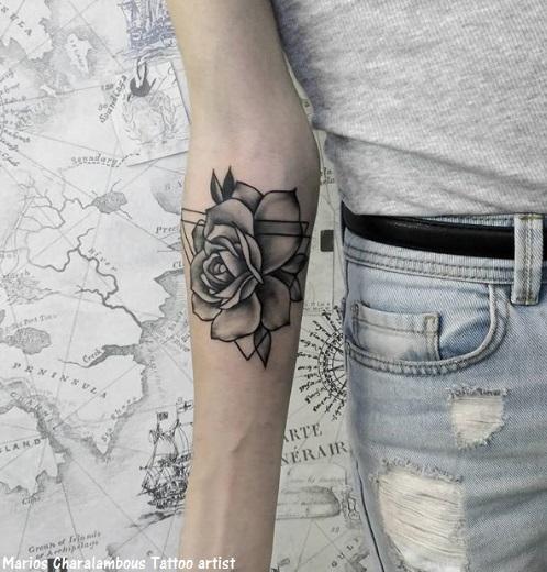 tatuagem de flor com triângulo