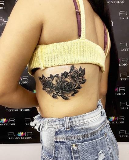 tatuagem grande costela