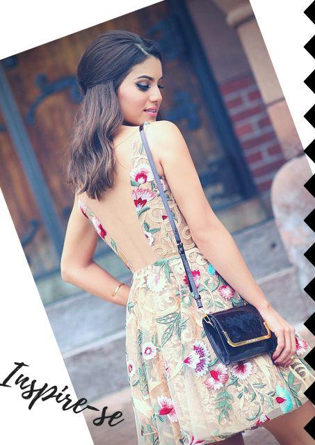 Camila Coelho veste vestido de renda de flores cor nude com costas abertas.