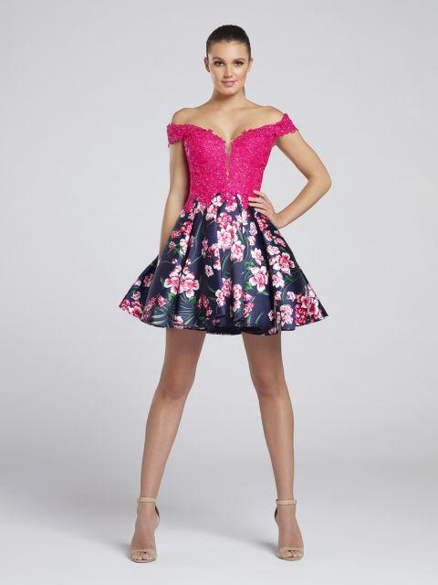 Modelo usa vestido com busto rosa e saia estampada e sandalia nude.