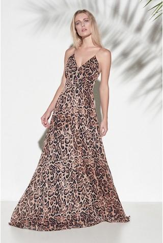 Modelo usa vestido estampado de alcinhas finas.