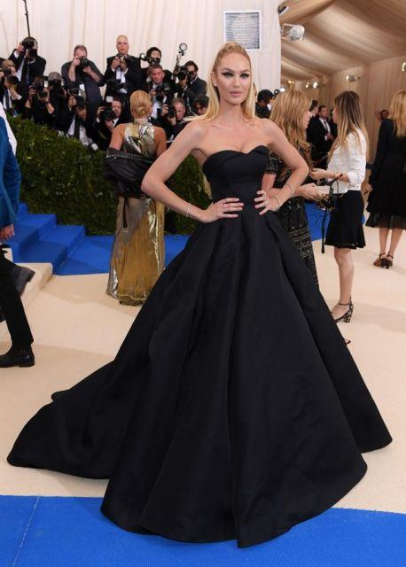 Modelo usa vestido preto tomara que caia.