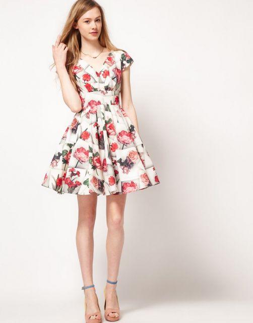 Modelo usa vestido floral branco.