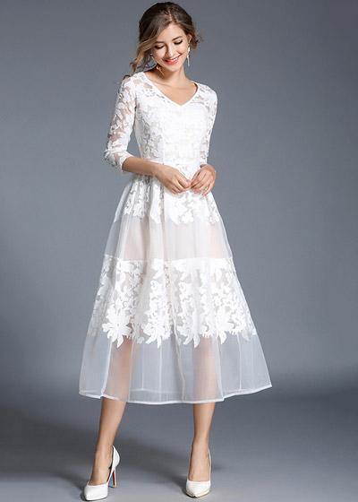 Modelo veste vestido branco de tule com renda.