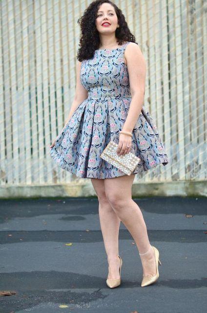 Modelo usa vestido plus size rodado estampado em tons de cinza.