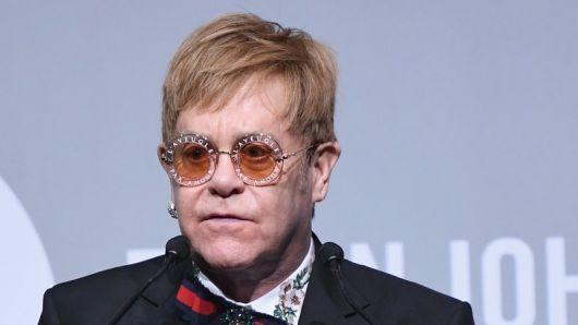 Elton John e seu clássico modelo de óculos redondo colorido
