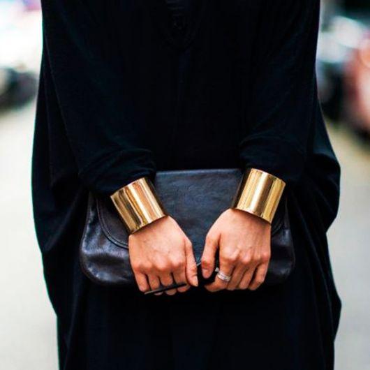 look preto com bracelete dourado