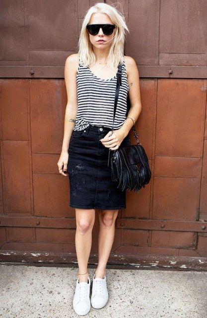 modelo usa saia preta, blusa listrada e tenis branco.