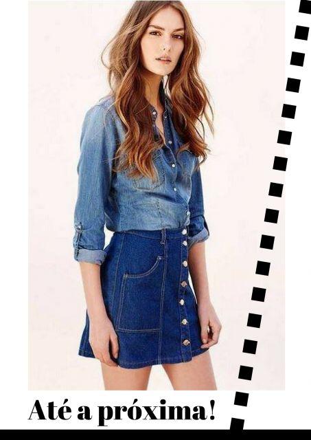 modelo usa saia jeans, camisa jeans e cabelo solto.