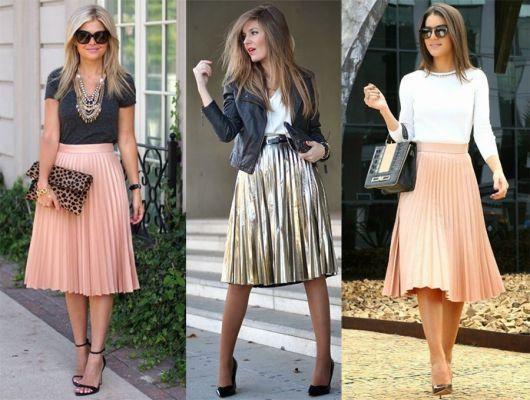 Modelos usam saias plissdas nas cores rosa, nude e metalizado com blusinhas nas cores preto e branco.
