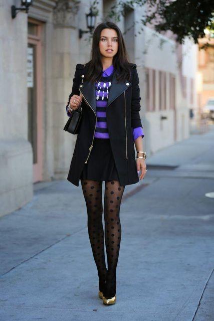modelo usa saia preta, meia transparente, blusa roxinha e casaqueto preto.