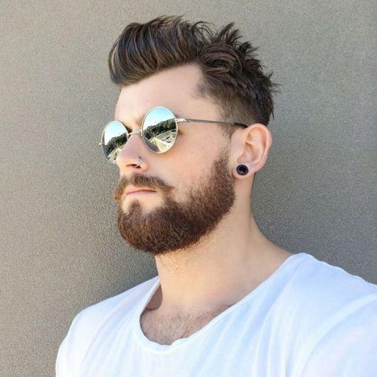 86338de2fb64d O óculos redondo masculino de sol é perfeito para incrementar o estilo em  várias ocasiões