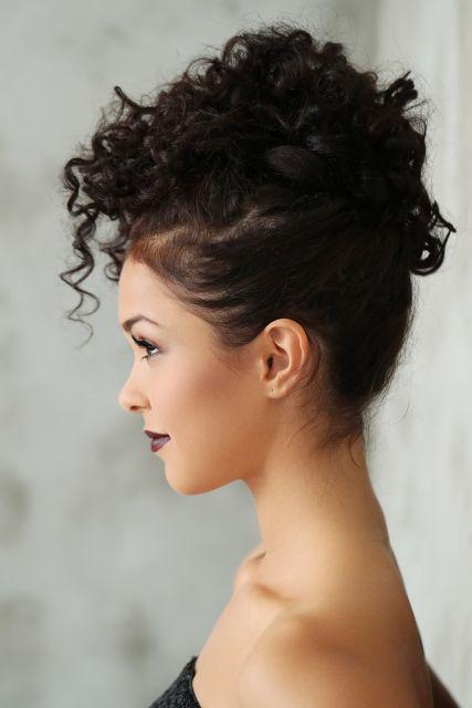Penteados para madrinhas em cabelo cacheado