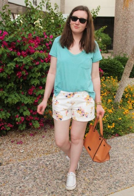 short florido com blusinha manga curta
