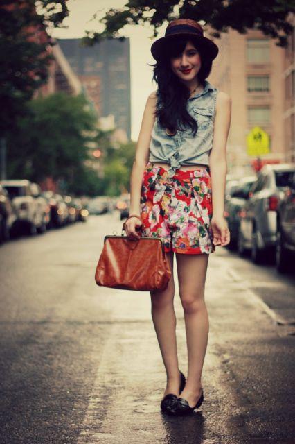 short florido com blusa jeans