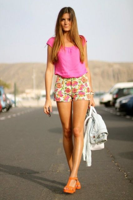 short florido com blusa rosa