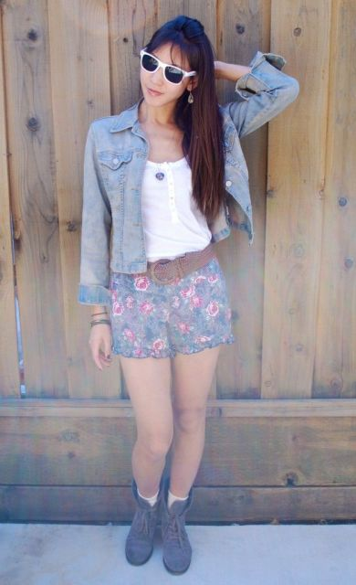 short florido com jaqueta jeans