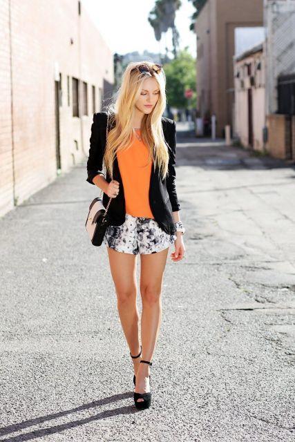 short florido com jaqueta preta