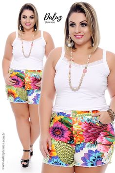 Shorts florido com regata branca.